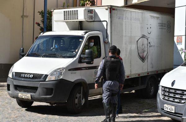Caminhões que transportam vacinas são escoltados pela Polícia Militar