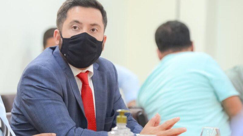 Vereador da Capital entrega indicação à prefeitura para que alunos recebam reforço no contraturno escolar
