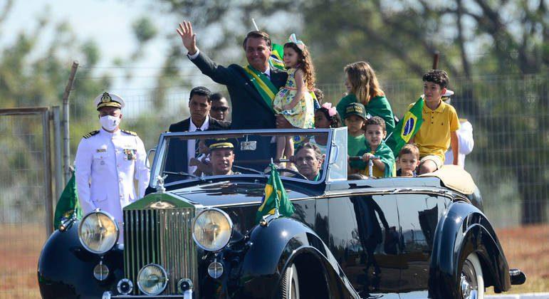 Bolsonaro chega ao Alvorada em Rolls-Royce dirigido por Piquet